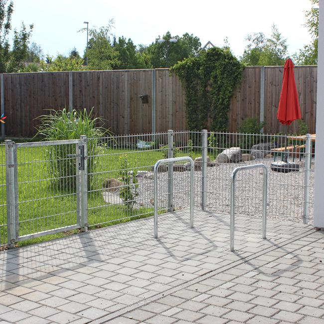 Pflasterarbeit mit Zaun im Hintergrund